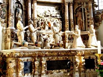 Seinen Eltern setzt er mit einem 12 Meter hohen Alabaster-Grabdenkmal in der Morizkirche 1596 eines der schönsten Renaissanceepitaphe des mitteldeutschen Raumes.