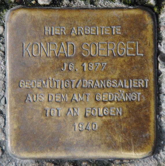 Stolperstein für Konrad Soergel, Markt 2-3 (Sparkasse)