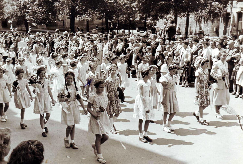 Kinder der 4. Klasse mit Fräulein Geisthardt am Albertsplatz (1955)