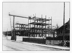 Der erste Stahlskelettbau der Stadt (Neubau der Reichspost) wird errichtet